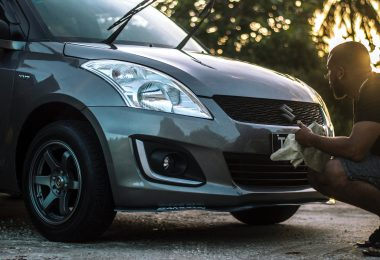 Un homme nettoyant sa voiture